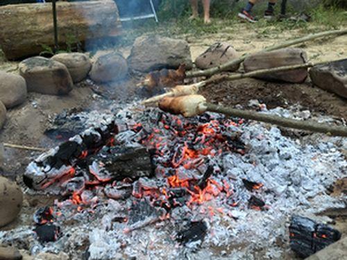 Wildniskinder Stockbrot über Feuer